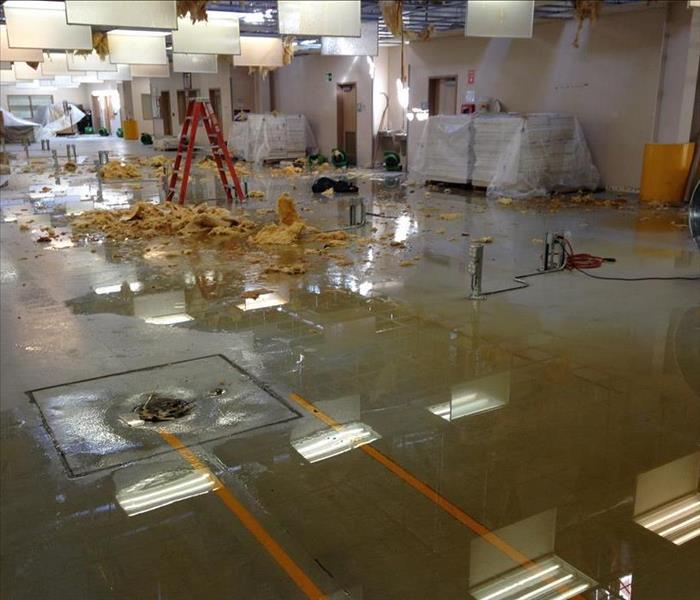 Flooded floor due to ceiling colapsing in commercial building